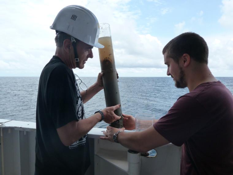 """A bord du navire océanographique """"Pourquoi pas ?"""", récupération d'une carotte de sédiments"""