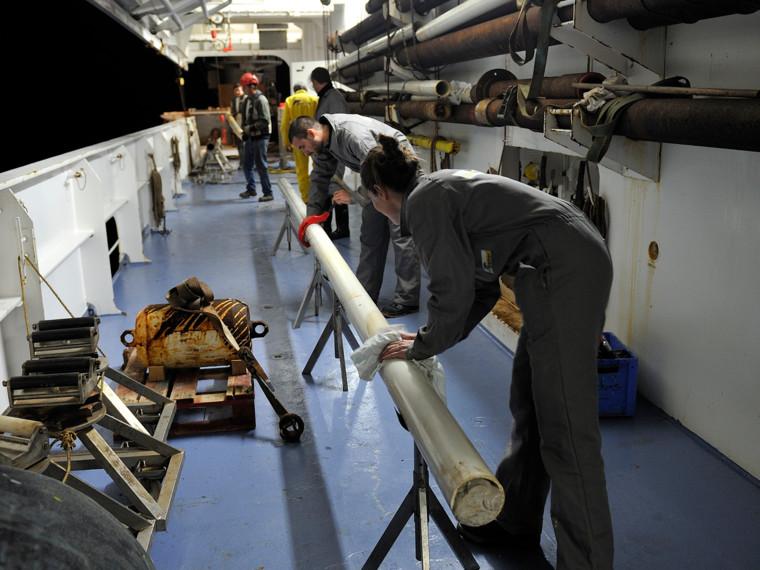 Carottage lors de la campagne BobEco du 9 septembre au 11 octobre 2011 à bord du Pourquoi pas?