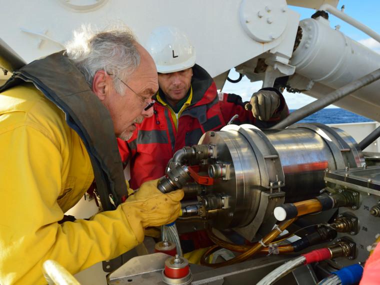 Préparation du module de sismique près du fond Sysif avant plongée