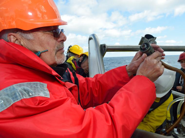 Raccordement de la flute monotrace au module de sismique près du fond avant plongée