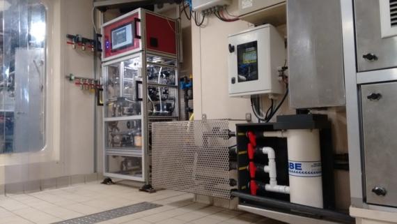 Installation du thermosalinomètre et de la FerryBox sur Thalassa
