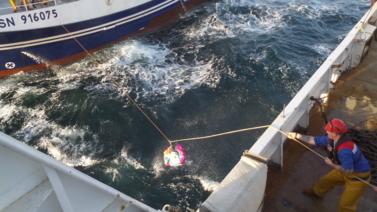 Passage d'échantillon de poissons entre le navire professionnel et la Thalassa