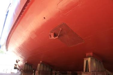 Prise d'eau de mer sous la coque du navire Thalassa