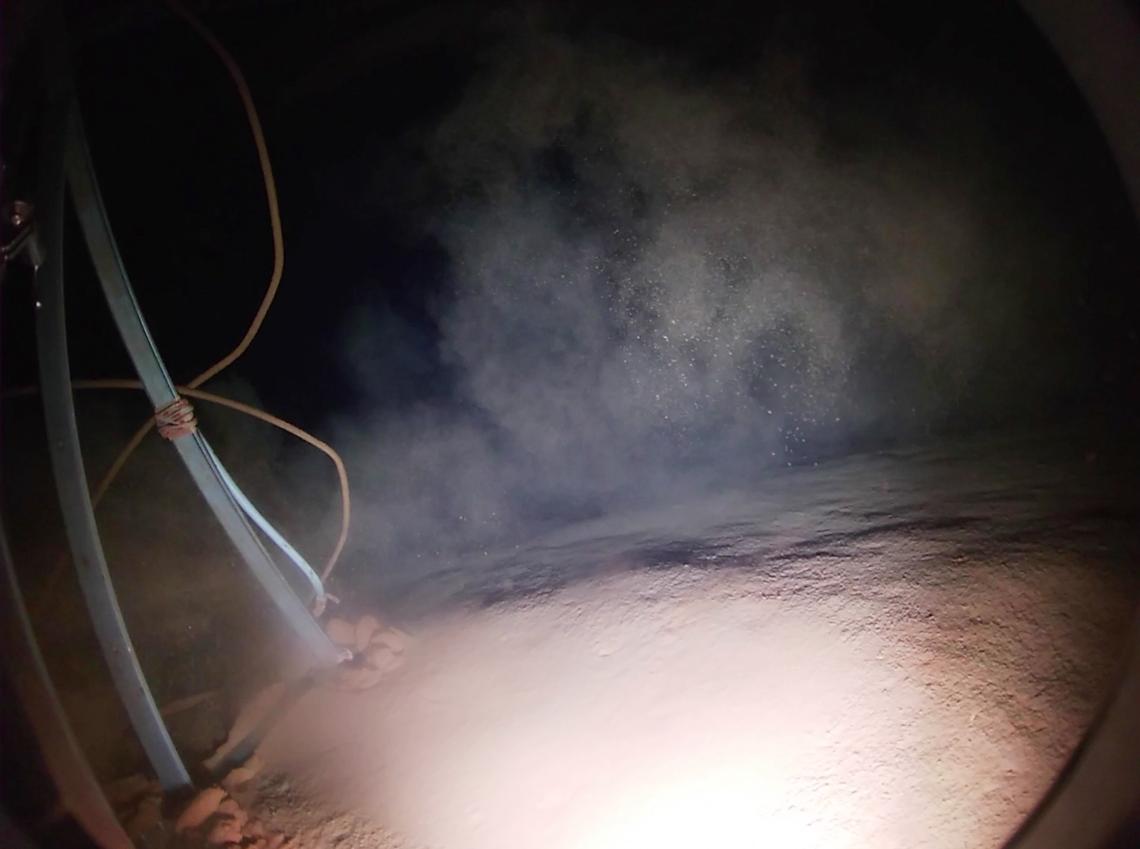 Image prise au moment où le carottier multitubes Fantacore de Genavir, équipé d'une caméra, se pose sur le fond.