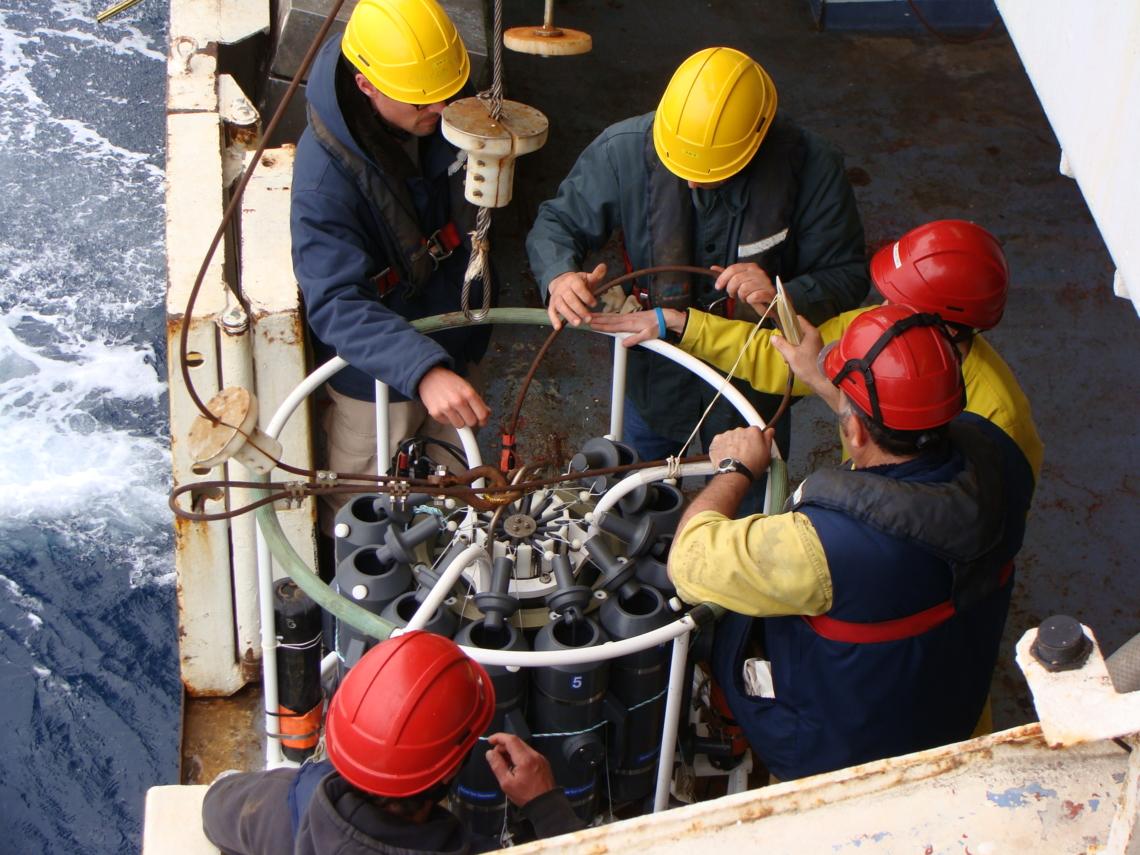 Equipe scientifique et équipage au travail sur la bathysonde