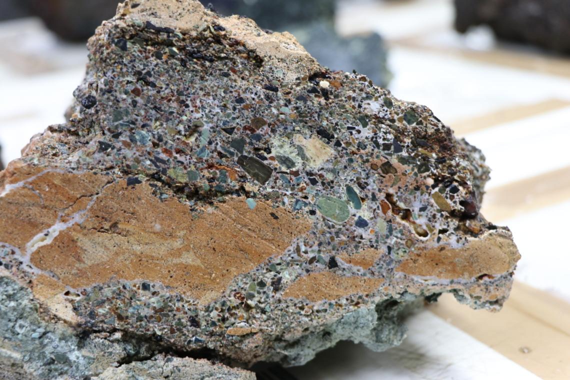 Une brèche échantillonnée lors de la dernière plongée et nommée « SMARTIES-rock » à cause de sa grande variété de couleurs